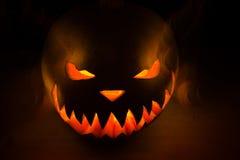 Gespenstischer Halloween-Kürbis im Feuer Stockfotografie
