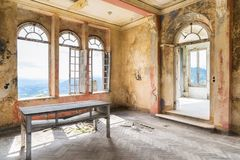 Gespenstischer Innenraum des verlassenen ruinierten Hauses stockbilder