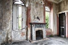 Gespenstischer Innenraum des verlassenen ruinierten Hauses stockfotos