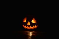 Gespenstischer Kürbis Halloween mit Feuerlicht auf schwarzem Hintergrund Stockbild