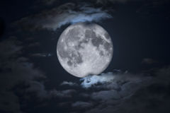 Gespenstischer voller Halloween-Mond gestaltet durch Wolken Stockbild