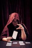 Gespenstischer Wahrsager mit Tarock-Karten Lizenzfreie Stockfotos
