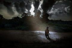 Gespenstischer Zombie, der auf dem gruseligen See steht Lizenzfreie Stockfotografie