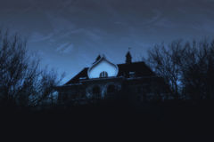 Gespenstisches Haus im Nachtwald Lizenzfreies Stockfoto