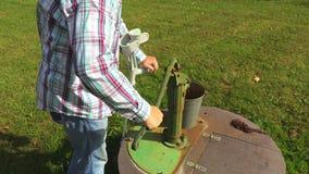 Gesperrt mit Krücken am Brunnen stock footage