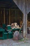 Gespleten brandhout in een oude houten loods Royalty-vrije Stock Afbeelding