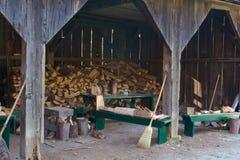 Gespleten brandhout in een oude houten loods Royalty-vrije Stock Foto's