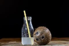 Gespleten kokosnoot, kokosnotensap, kokosmelk stock fotografie