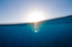Gespleten onderwater en hemelachtergrond Stock Foto