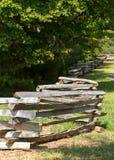 Gespleten spooromheining door rand van bos Royalty-vrije Stock Fotografie
