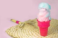 Gesponnen suiker in roze roomijskegel Royalty-vrije Stock Foto