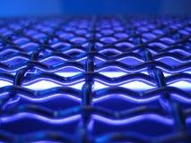 Gesponnene Metallineinander greifenbeschaffenheit mit elektrischer blauer Leuchte Lizenzfreie Stockfotos