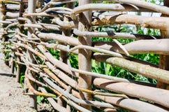 Gesponnener Bretterzaun hergestellt von den dünnen alten Zweigen Stockfotos