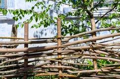 Gesponnener Bretterzaun hergestellt von den dünnen alten Zweigen stockfotografie