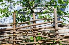 Gesponnener Bretterzaun hergestellt von den dünnen alten Zweigen Lizenzfreie Stockfotos