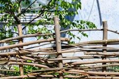 Gesponnener Bretterzaun hergestellt von den dünnen alten Zweigen Stockbild