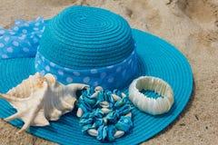 Gesponnener Hut auf dem Strand Lizenzfreie Stockfotografie