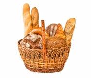 Gesponnener Korb mit unterschiedlicher Art des Brotes Stockbilder