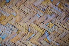 Gesponnenes Bambusmuster für Hintergrund Hölzerne BambusGewebebeschaffenheit des Handwerks Alte spinnende Musterbambusbeschaffenh Stockfotografie