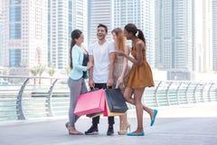Gesponsorde aankopen De vrienden gaan winkelend Mooie meisjes in dre Stock Afbeeldingen