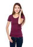 Gespräch der jungen Frau zum Handy Stockbilder