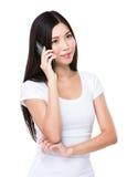 Gespräch der jungen Frau zum Mobiltelefon Lizenzfreie Stockbilder