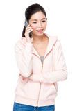 Gespräch der jungen Frau zum Mobiltelefon Stockfoto