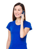 Gespräch der jungen Frau zum Mobiltelefon Lizenzfreie Stockfotografie