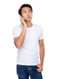 Gespräch des jungen Mannes zum Handy Lizenzfreie Stockfotos