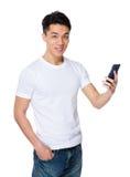 Gespräch des jungen Mannes zum Mobiltelefon Stockfotografie