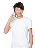 Gespräch des jungen Mannes zum Mobiltelefon Stockbild