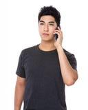 Gespräch des jungen Mannes zum Mobiltelefon Lizenzfreie Stockfotos
