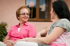 Gespräch - glücklicher Ruhestand Lizenzfreie Stockbilder