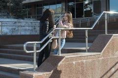 Gespräch mit zwei Freundinnen im Park Stockfotos
