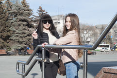 Gespräch mit zwei Freundinnen im Park Stockbilder
