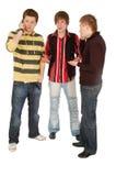 Gespräch mit zwei Kerlen durch ein Mobile Stockfotografie