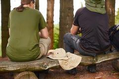 Gespräch mit zwei Männern im Wald Lizenzfreies Stockbild