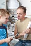 Gespräch mit zwei Personen in der Küche Stockbilder