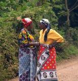 Gespräch von zwei tansanischen Frauen Stockfotos