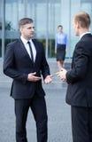 Gespräch vor Geschäftszentrum stockfotografie