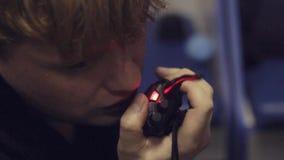 Gespräche des jungen Mannes auf tragbarem Radiosender über gesetzte Nahaufnahme stock video