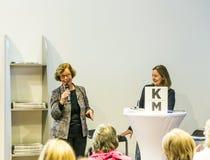 Gesprek met Barbara Klemm bij de Boekenbeurs 2014 van Frankfurt Stock Afbeeldingen
