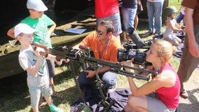 Gesprek met kind het spelen met een kanon Royalty-vrije Stock Foto's