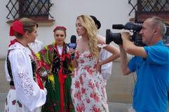 Gesprek met Poolse Folkloredanser royalty-vrije stock foto's