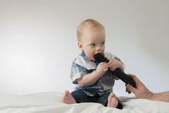 Gesprek met weinig babyjongen Stock Foto