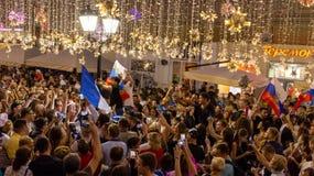 Gesprek op de straat De voetbalfans van verschillende landen vieren de overwinning van het Franse team Stock Afbeelding