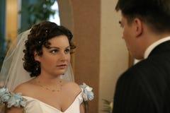 Gesprek van de bruidegom en de bruid Royalty-vrije Stock Foto