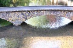 Gesprenkelte Steinbrücke, das Cotswolds, schönes Dorf lizenzfreies stockfoto