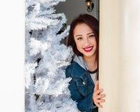 Gespritzter Baum und Weihnachtslächeln Stockfotos