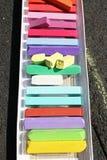 Gessi colorati Pastelli variopinti del gesso - istruzione, arti, creative, di nuovo alla scuola Fondo pastello del gesso di color fotografia stock libera da diritti